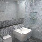 пример красивого декора ванной комнаты с облицовкой плиткой картинка