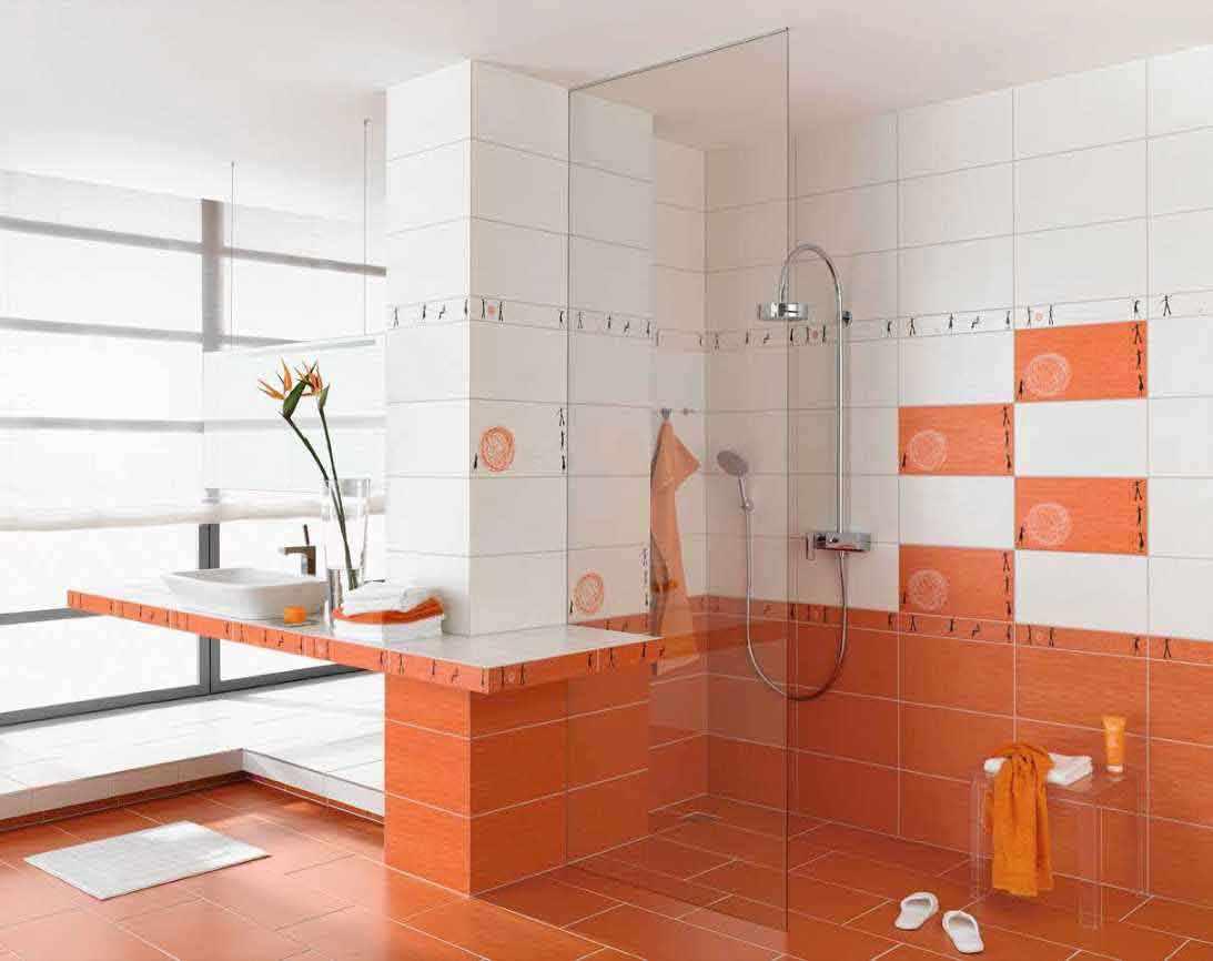вариант светлого интерьера ванной комнаты с облицовкой плиткой
