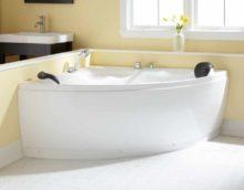 идея яркого декора ванной комнаты с угловой ванной картинка