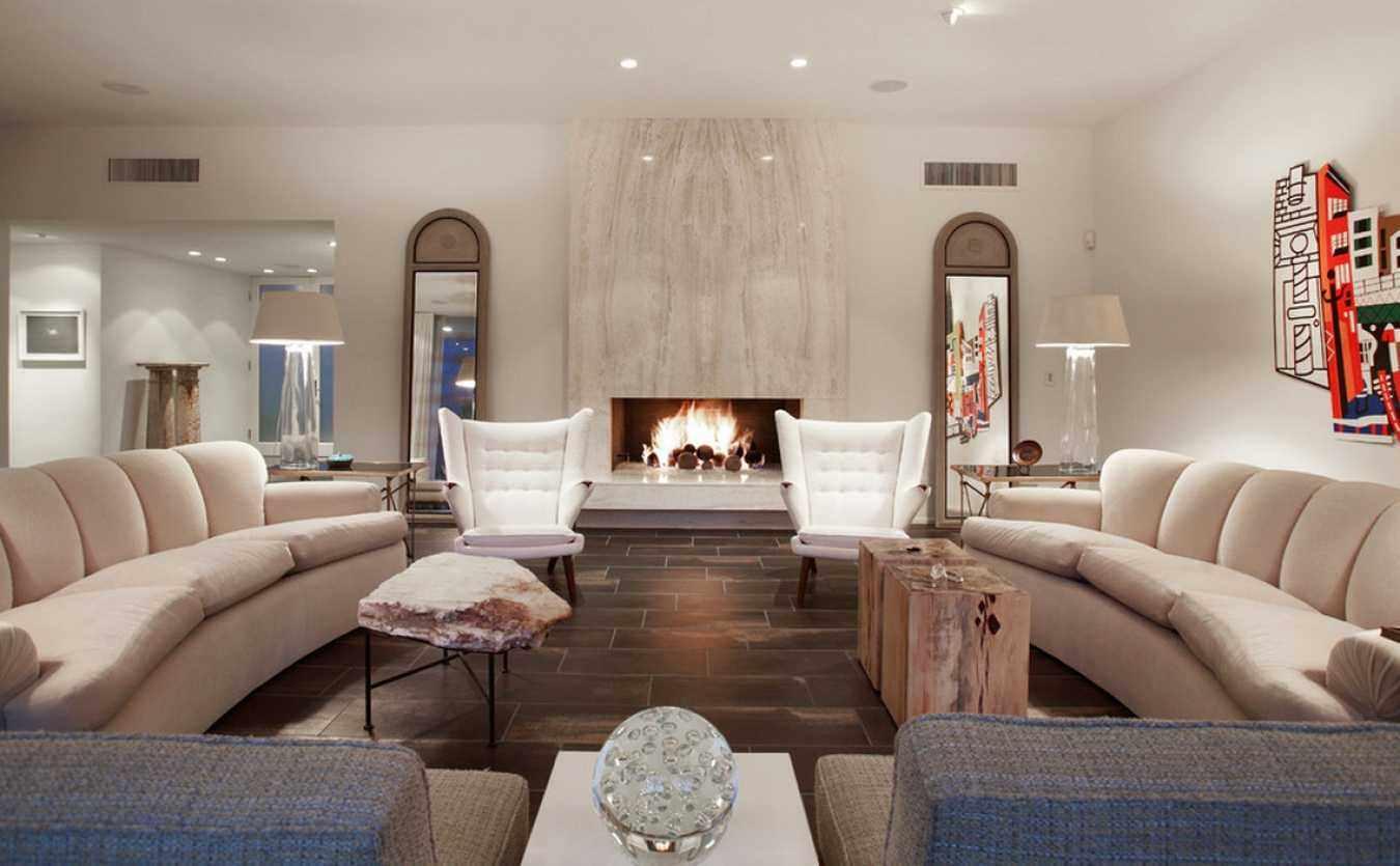 вариант использования светлого дизайна гостиной комнаты с камином