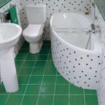 пример светлого интерьера ванной комнаты с угловой ванной картинка