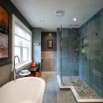 пример необычного стиля ванной комнаты с облицовкой плиткой картинка