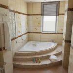 пример яркого дизайна ванной комнаты с угловой ванной фото