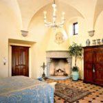 пример использования светлого дизайна гостиной комнаты с камином фото