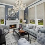 пример применения светлого интерьера гостиной комнаты с камином картинка