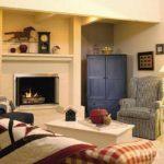 пример использования необычного декора гостиной комнаты с камином фото