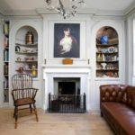 пример применения красивого декора гостиной комнаты с камином фото