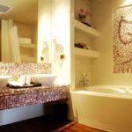 вариант красивого интерьера ванной комнаты с угловой ванной фото