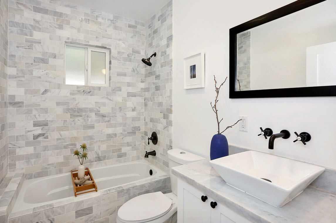 вариант красивого интерьера ванной комнаты с облицовкой плиткой