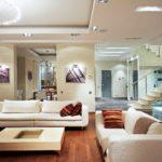 вариант яркого стиля гостиной комнаты 2018 фото