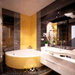 вариант яркого дизайна ванной комнаты с угловой ванной картинка