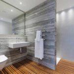 идея необычного интерьера ванной комнаты с облицовкой плиткой картинка