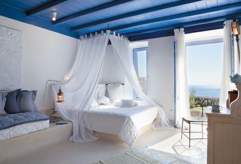 белая спальня с большими окнами