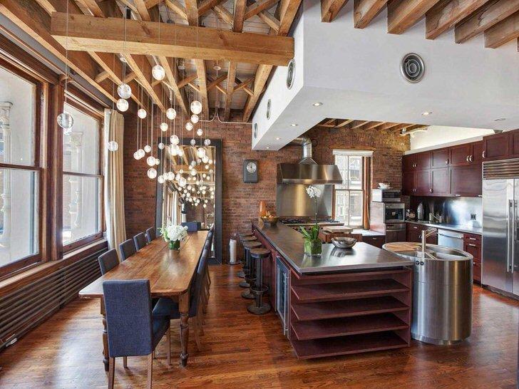 Потолок с деревянными элементами на кухне в стиле лофт