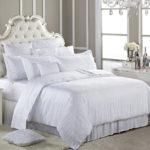 дизайн спальни с белой кроватью