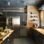 Темно-серый потолок с поворотными софитами