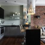 Черная барная стойка между кухней и гостиной