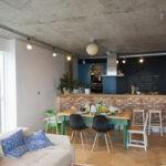 Бетонный потолок серого цвета в дизайне кухонного помещения
