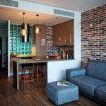 Стеклоблоки в интерьере кухни индустриального стиля