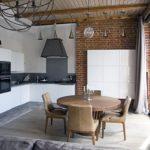 Кухонный гарнитур с глянцевыми фасадами белого цвета