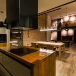 Кухонный остров из толстых досок