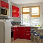 Кухонный гарнитур с глянцевыми фасадами красного цвета