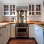 П-образная планировка кухни с двумя окнами