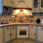 Угловая варочная поверхность в дизайне кухни