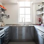 Дизайн квадратной кухни с открытыми полками