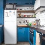 Микроволновка на двухкамерном холодильнике в кухне многоэтажного дома
