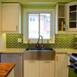 Черно-зеленая мозаика на кухонном фартуке