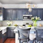 Люстра со стеклянными плафонами в дизайне кухни