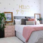 Разноцветные подушки в интерьере спальни