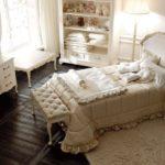 Классический интерьер спальни молодой девушки