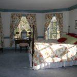 Пестрый текстиль в дизайне спальни загородного дома