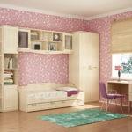 Розовые обои в комнате стильной девушки