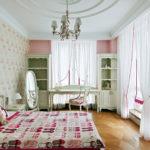 Легкая тюль на больших окнах спальной комнаты