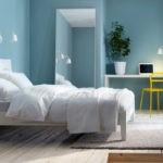 Белая кровать в дизайне спальни