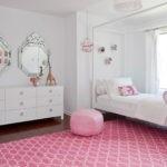 Розовый ковер в комнате с белыми стенами
