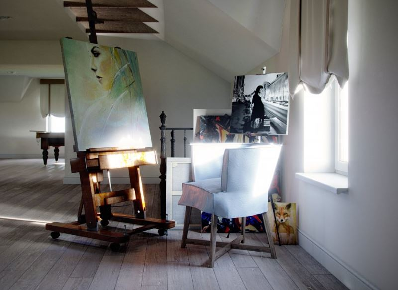 Мольберт для рисования в комнате современной девушки