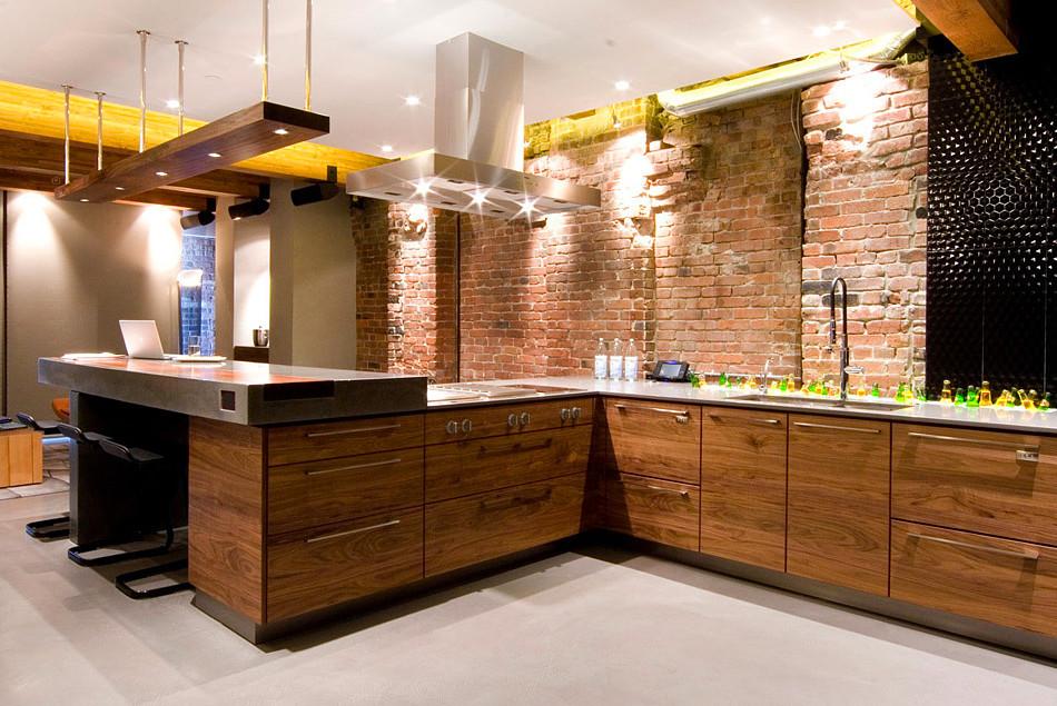 Белый потолок на кухне с кирпичными стенами