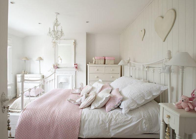 Интерьер белой спальни в стиле шебби-шик