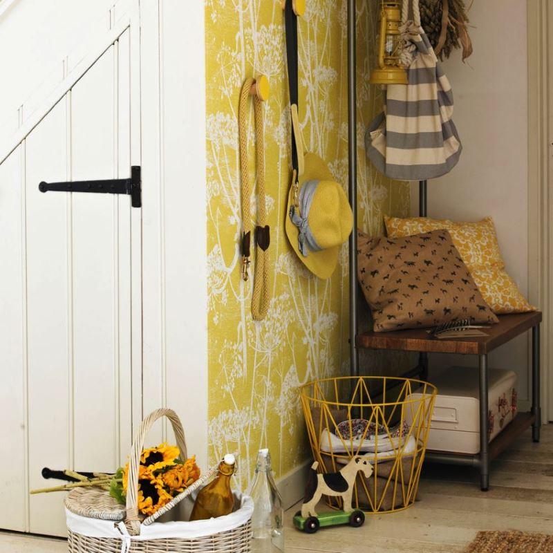 Виниловые обои с желтым фоном на стене прихожей