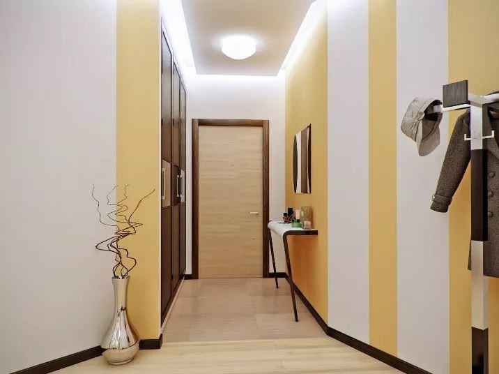 Белые и желтые полосы на стенах коридора в городской квартире