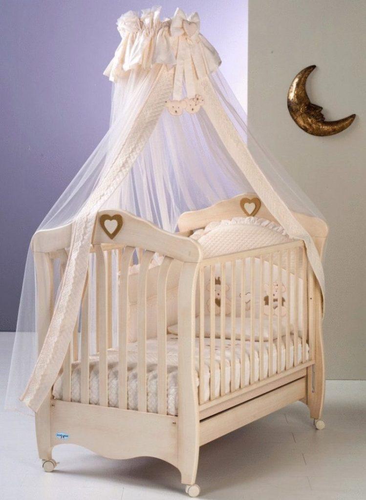 Кроватка с балдахином кремового цвета