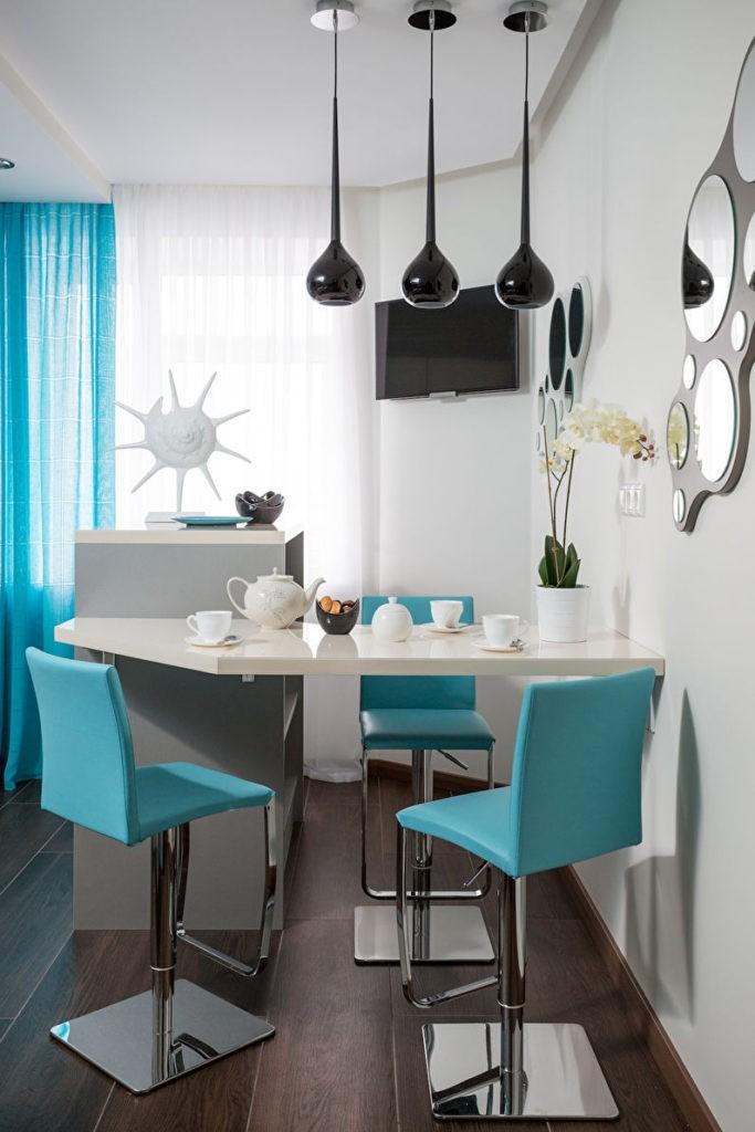 Черные каплевидные светильники и синие стулья