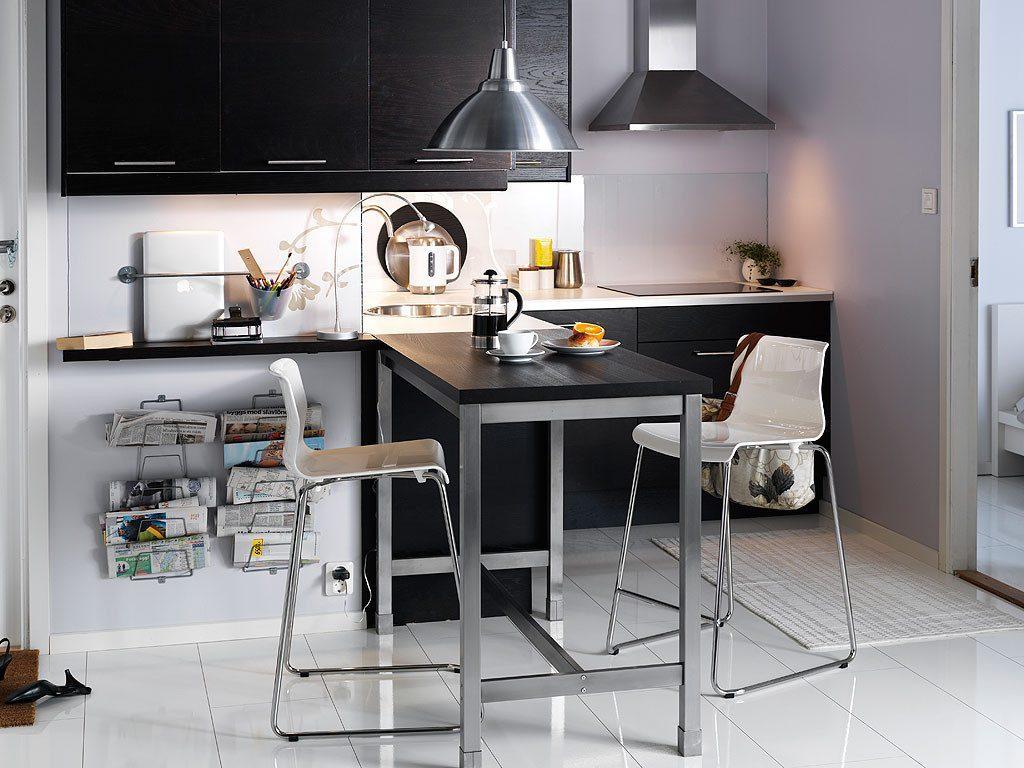 Черная мебель в интерьере кухни