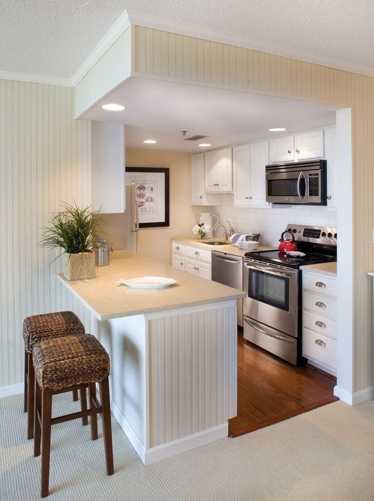 Белая барная стойка на маленькой кухне