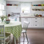 Белая деревянная кухня с открытыми полками