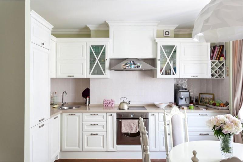 Интерьер классической кухни в белом цвете
